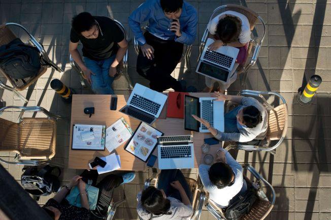 NETTHAT: – Vi vet at ungdommer i dag tilbringer fem-seks timer på nett og sosiale medier om dagen. Noen av dem bruker en god del av den tida på ekstremistisk innhold. Vi mangler kunnskap om hvordan det påvirker dem, skriver kronikkforfatterne.