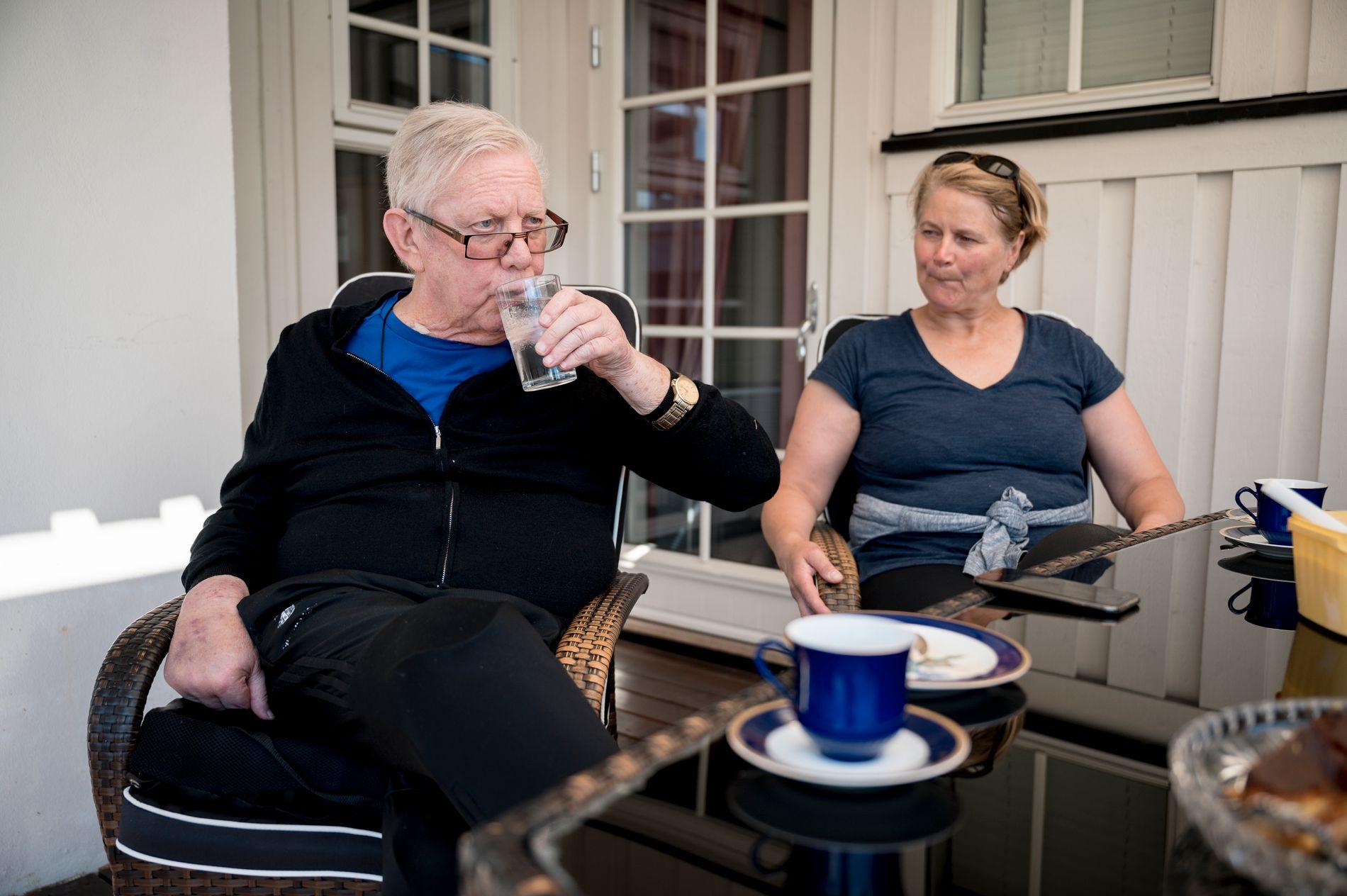 FAR OG DATTER: Nils Arne Eggen med datteren Kristin Eggen på uteplassen hjemme hos Eggen i Fannrem, Orkdal, lørdag ettermiddag.