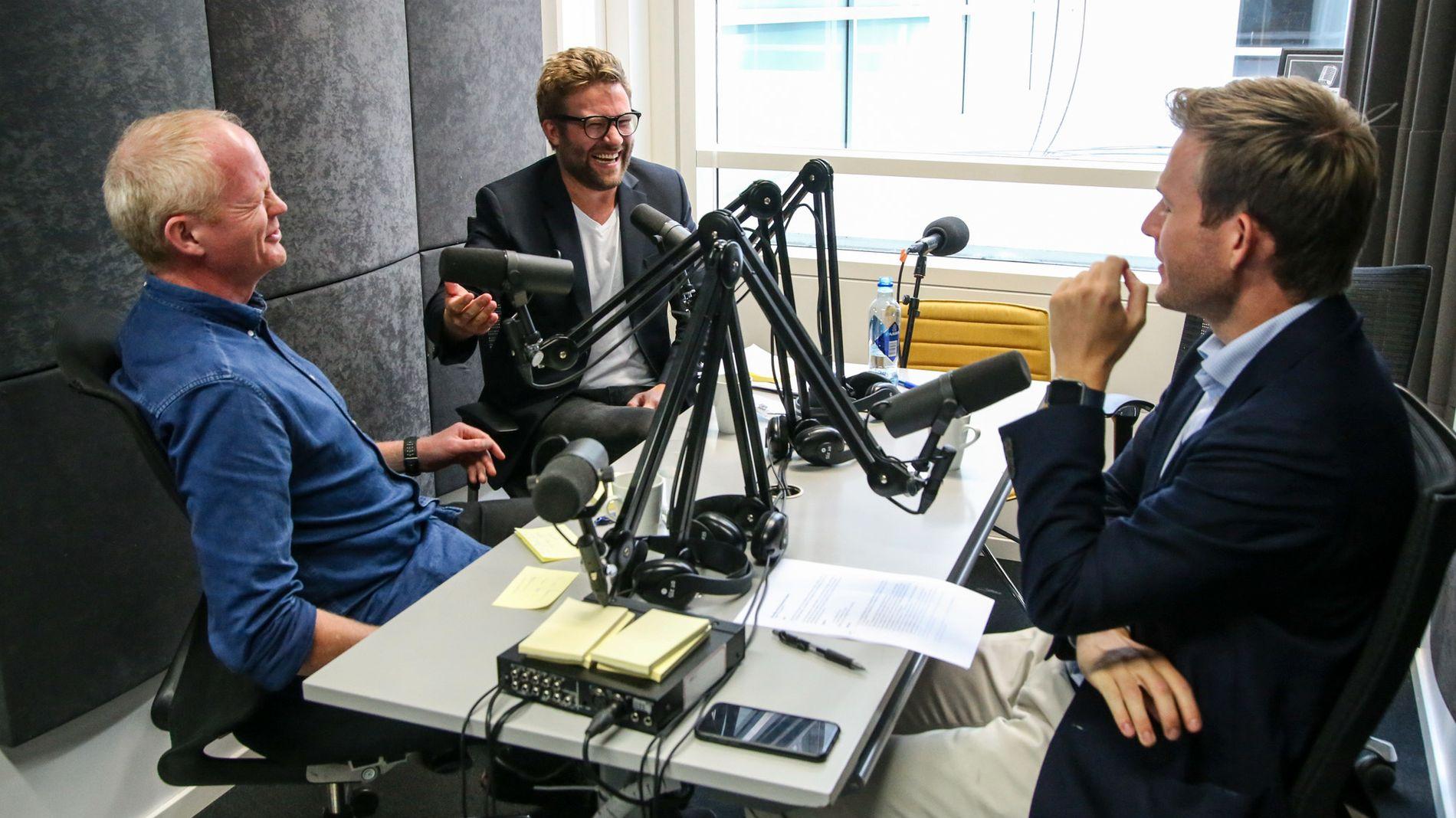 Selv om SVs Lars Haltbrekken (t.v.) og Høyres Stefan Heggelund (i midten) er rykende uenige politisk, så var stemningen til tider veldig lattermild i oljedebatten i E24-podden. Til høyre er programleder Marius Lorentzen