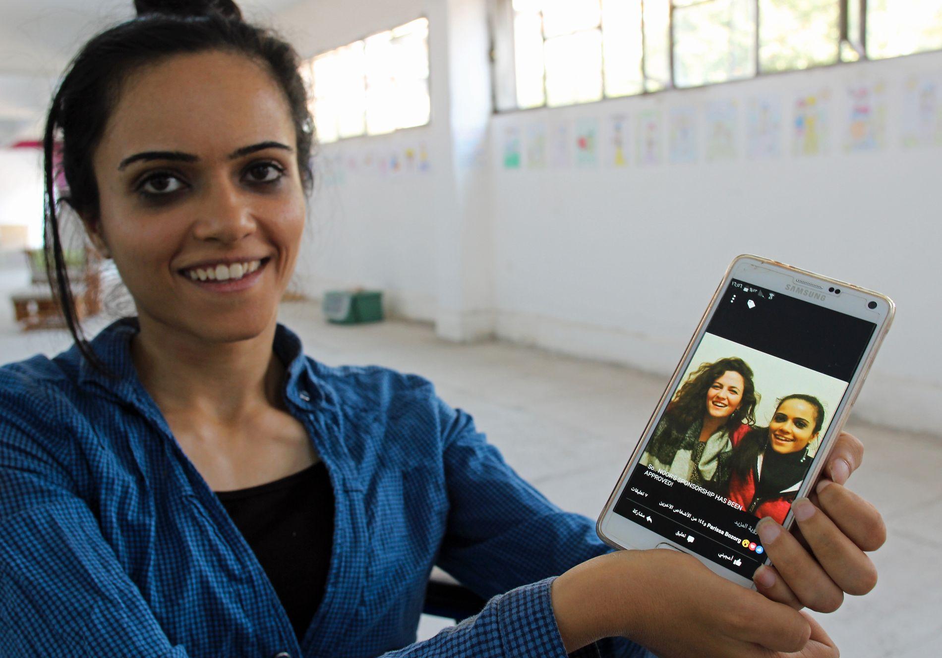 NYTT HÅP: Noor viser frem et bilde av henne og kanadiske Zoe Caddell, som jobbet frivillig blant syriske flyktninger, og nå vil hjelpe Noor til Canada.