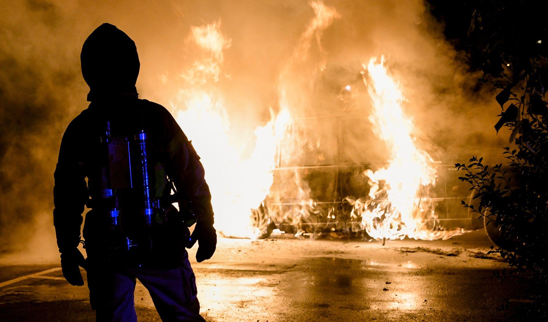 PÅTENT: Brannvesenet slukker en brann i Arkitektgatan i Malmø natt til tirsdag.