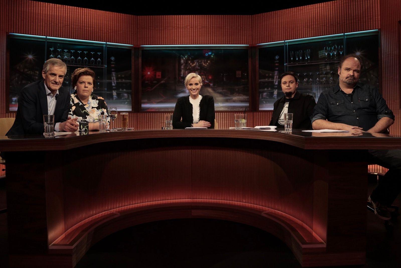 PREMIERE: Jonas Gahr Støre, Else Kåss Furuseth, Anne Rimmen, Dag Sørås og Atle Antonsen i første program av «Mandagsklubben».