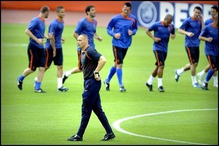 RYSTET: Marco Van Basten tror på et rystet Frankrike i morgen. Foto: Bjørn S. Delebekk
