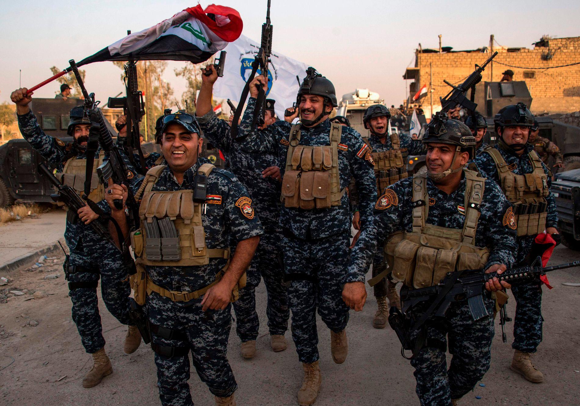 BITTERSØT SEIER: Medlemmer av det føderale politiet i Irak feirer i gamlebyen i Mosul 10. juli etter seieren over IS. Iraks statsminister Haider al-Abadi sa at irakiske styrker har «frigjort» byen, men soldater anklages nå for krigsforbrytelser. Menneskene på bildet kan ikke knyttes til krigsforbrytelser.