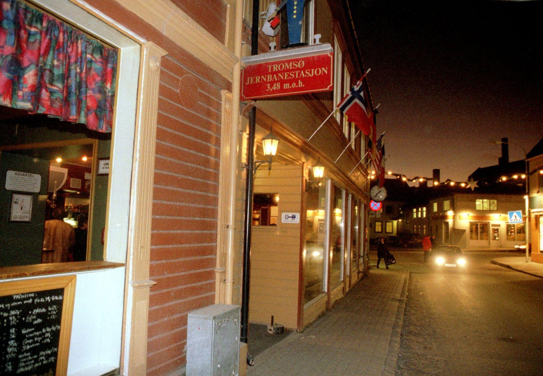 NORDNORSK HUMOR: Eneste spor etter norsk jernbane i Nord-Norge er denne puben – som bærer navnet «Tromsø Jernbanestasjon».