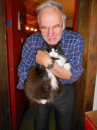 GODE VENNER: Ole Halland (72) har savnet Kjell dypt. Her er de to sammen på hotellet i Dagali, hvor katten forsvant.