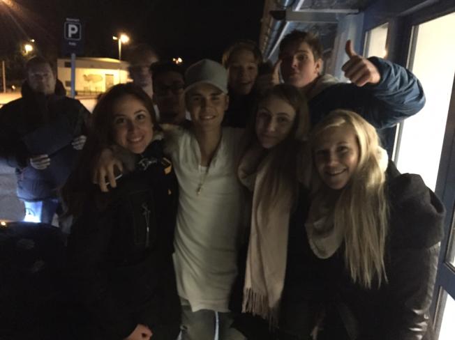 ET SISTE MØTE MED NORSKE FANS: Justin Bieber tok seg tid på Gardermoen lufthavn til Iren Møller (t.v.), Sigrid Næss og Maren Næss fra Nannestad. Foto: PRIVAT