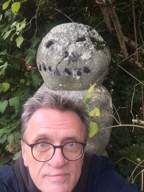 SNØMANN I HAGEN: Øyvind Pharo, Jo Nesbøs  redaktør, har hatt en snømann i hagen helt siden lanseringen i 2007.