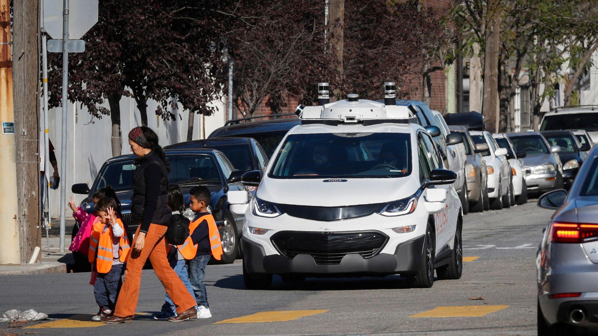 STANSER FOR FOTGJENGERE: En selvkjørende Chevy Bolt EV stanser for en voksen og to barn under en demonstrasjon i San Francisco i fjor høst.