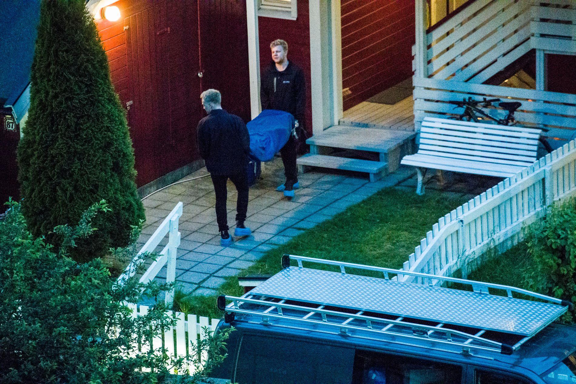 KNIVSTUKKET: Den 54 år gammel mannen ble funnet knivstukket i sin egen leilighet i Hellerudgrenda i Oslo 15. juni 2017. Her blir liket båret ut av leiligheten.