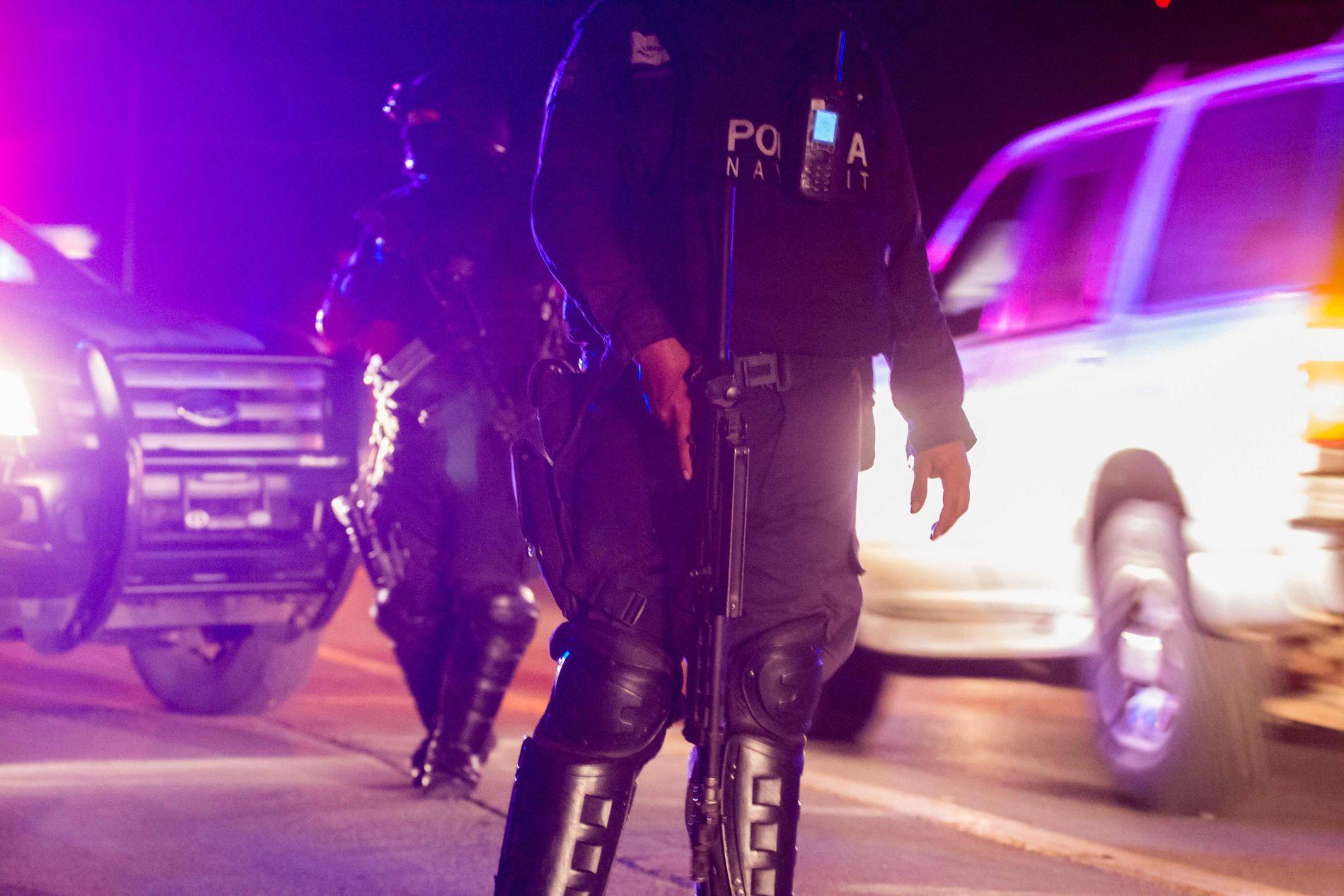 """KIDNAPPET: Politi holder vakt på gaten etter en operasjon der Jesus Alfredo Guzman Salazar, som er sønnen til Joaquin """"El Chapo"""" Guzman, var blant flere som ble kidnappet fra en bar."""