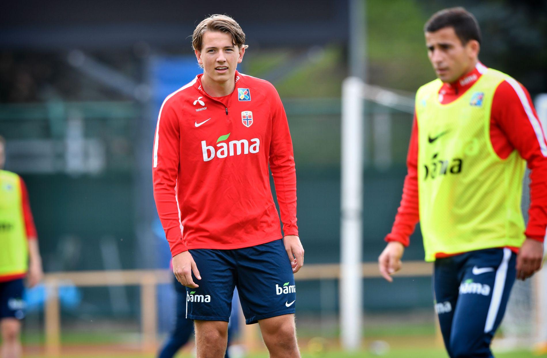 SKADET: Sander Berge er ute med skade og ikke med i den norske landslagstroppen. Her fra trening før kampen mot San Marino i oktober.