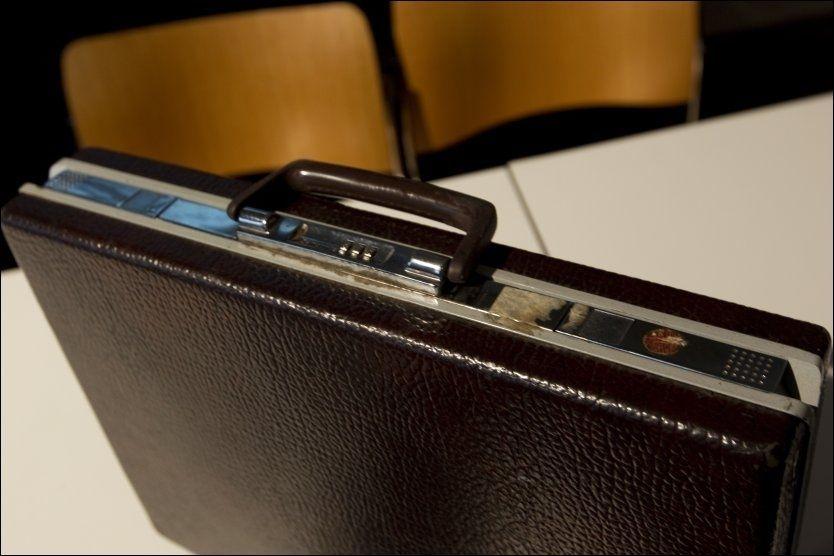 Arne Treholts koffert er sentral i striden rundt det såkalte pengebeviset. Bildet ble tatt da boken «Forfalskningen» ble presentert på Litteraturhuset i Oslo i forrige uke. Foto: Scanpix