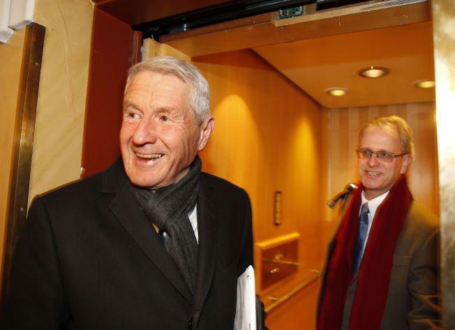UTTRYKKER STOR RESPEKT: Henrik Syse (bak) kom samtidig med Thorbjørn Jagland til første møte i den nyvalgte Nobelkomiteen tirsdag morgen. Kort tid etter var Jagland kastet som leder.