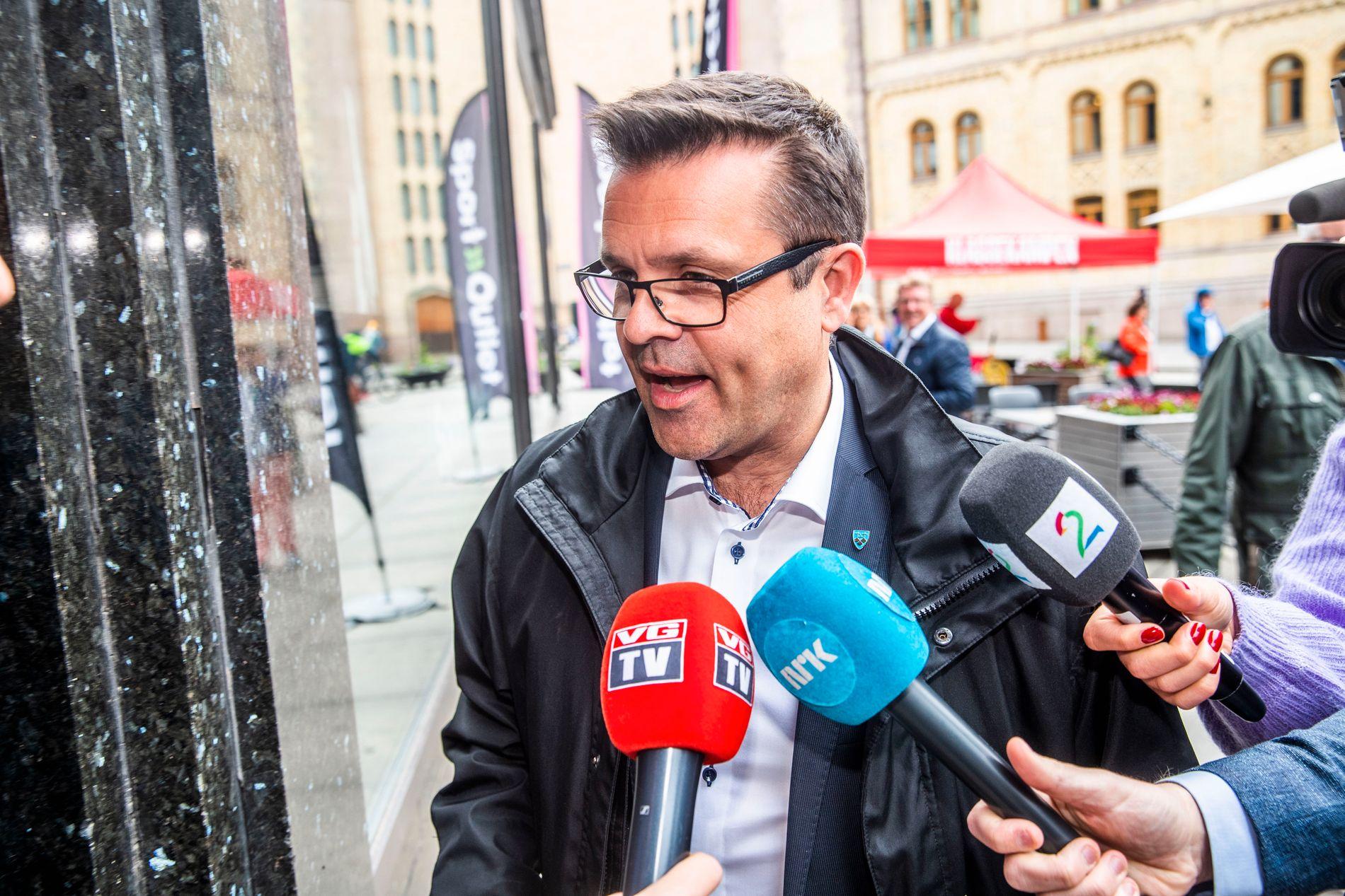 RESULTATORIENTERT: Frank Sve i Møre og Romsdal Frp ble avbildet på vei inn til et møte om bompengekrisen i begynnelsen av juni.