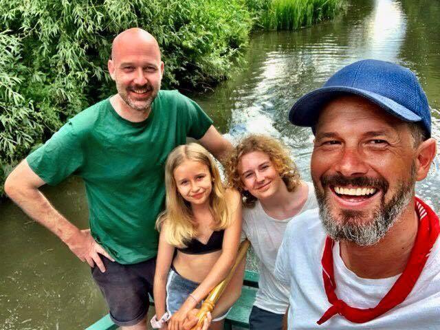 FERIEHELTER: Jens, Stella (11), Noa (15) og Jonas er en uke på kanalferie i England før tre dager i London venter. Redningsaksjonen av en sau blir et uventet, men godt ferieminne.