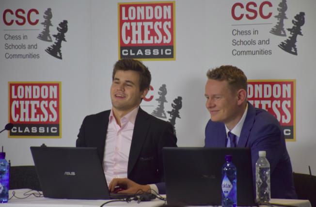LONDON-TURNERING: Magnus Carlsen sammen med den offisielle kommentatoren Jan Gustafsson i Olympia i London.