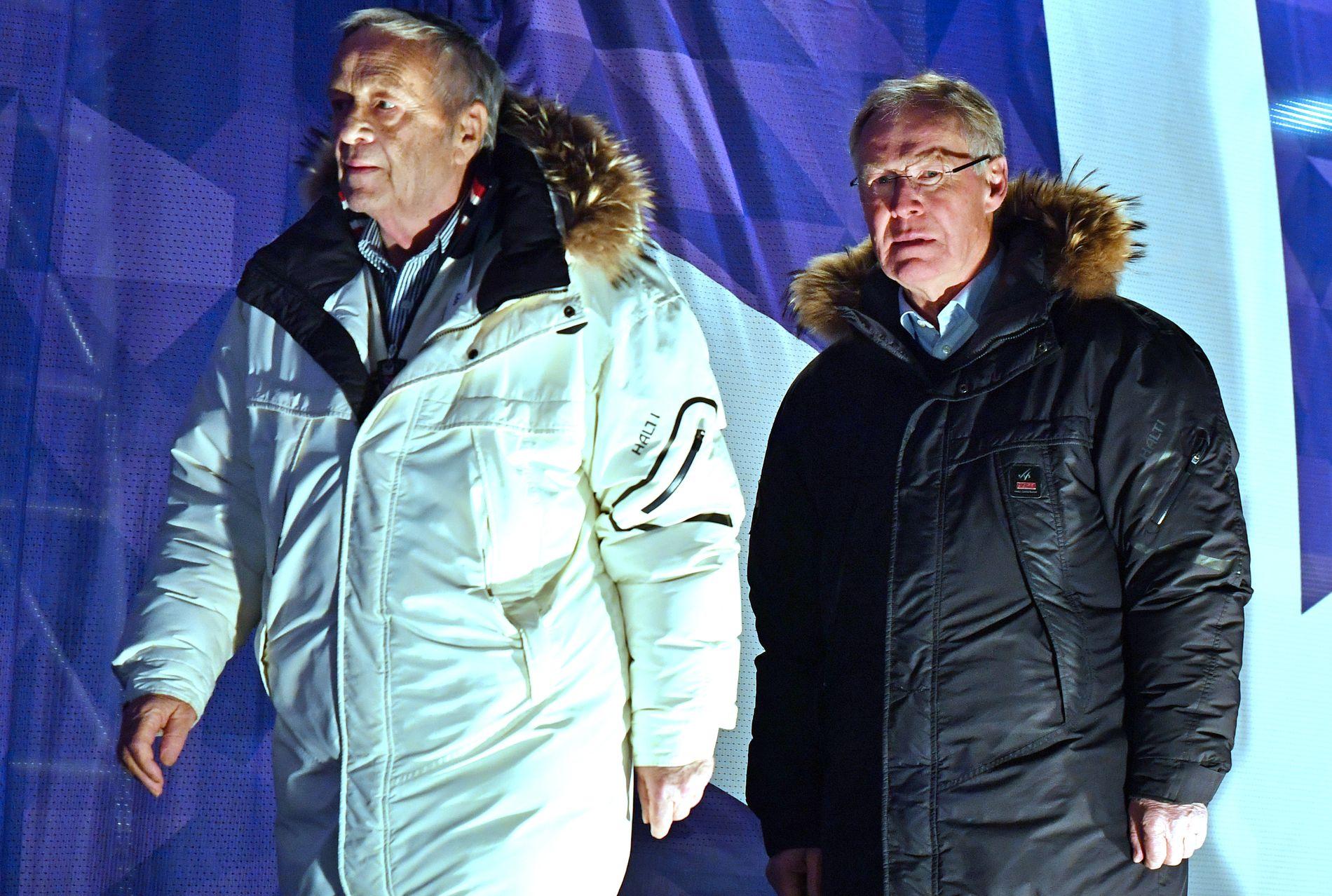 I RYGGEN PÅ FIS: Tidligere styremedlem i FIS, Sverre Seeberg (til høyre), forsvarer hvordan det internasjonale skiforbundet tildeler mesterskap. Her på medaljeseremoni sammen med FIS-president Gian Franco Kasper under Lahti-VM i fjor.