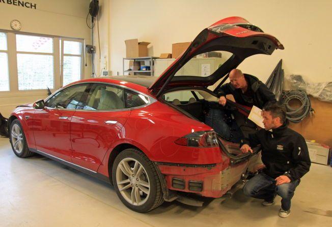 HER REPARERER DE: Norges foreløpig eneste godkjente karosseriverkstedet for Tesla er Drammen karosseri. Her er Gjensidiges takstmann Svein Østheim og skadesenterleder Yngve Alexandersson, som inspiserer skader på en Tesla Model S ved en tidligere anledning.