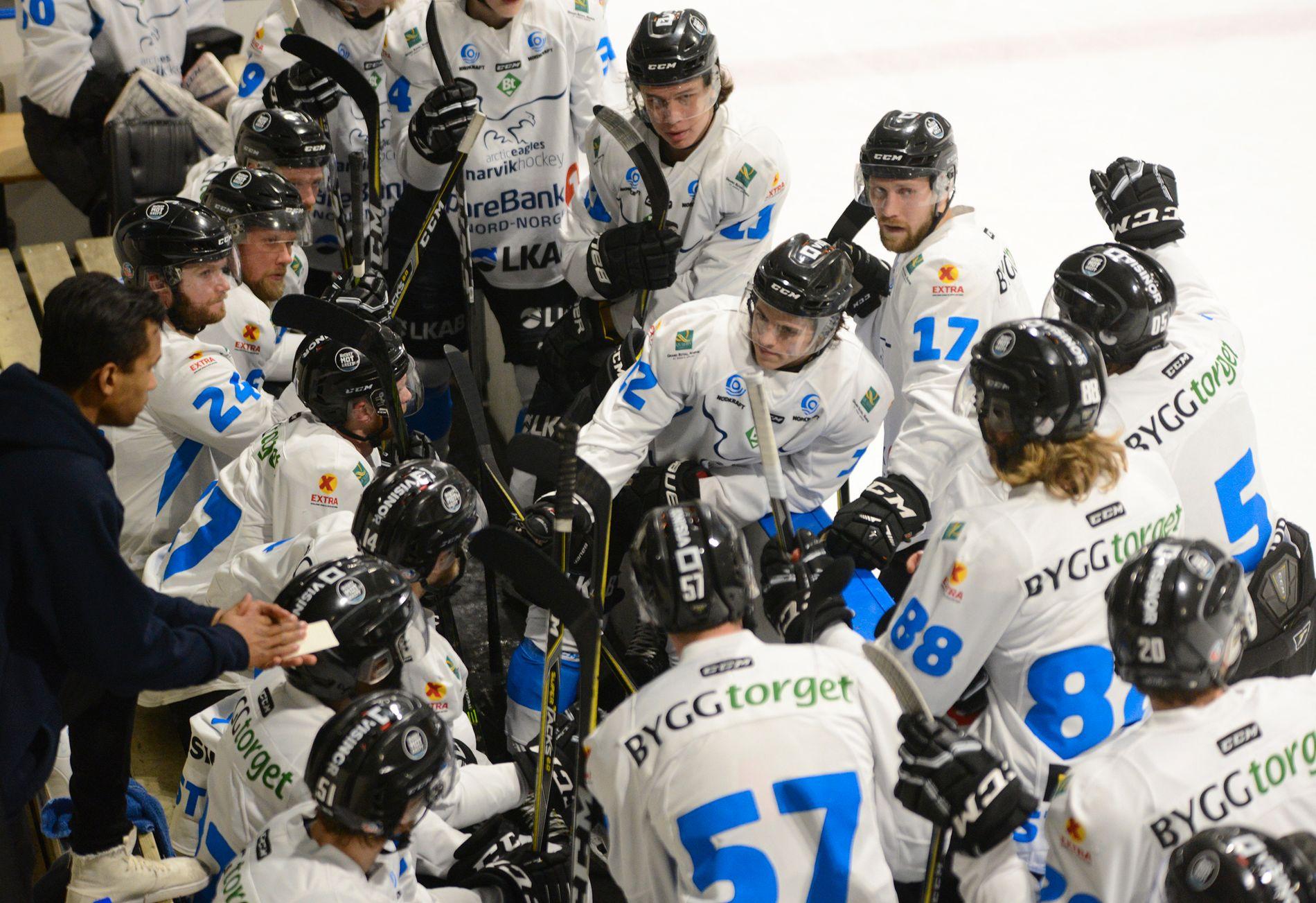 ELITE-SPILL? Narvik-spillerne i en timeout i opprykkskampen mot Ringerike.