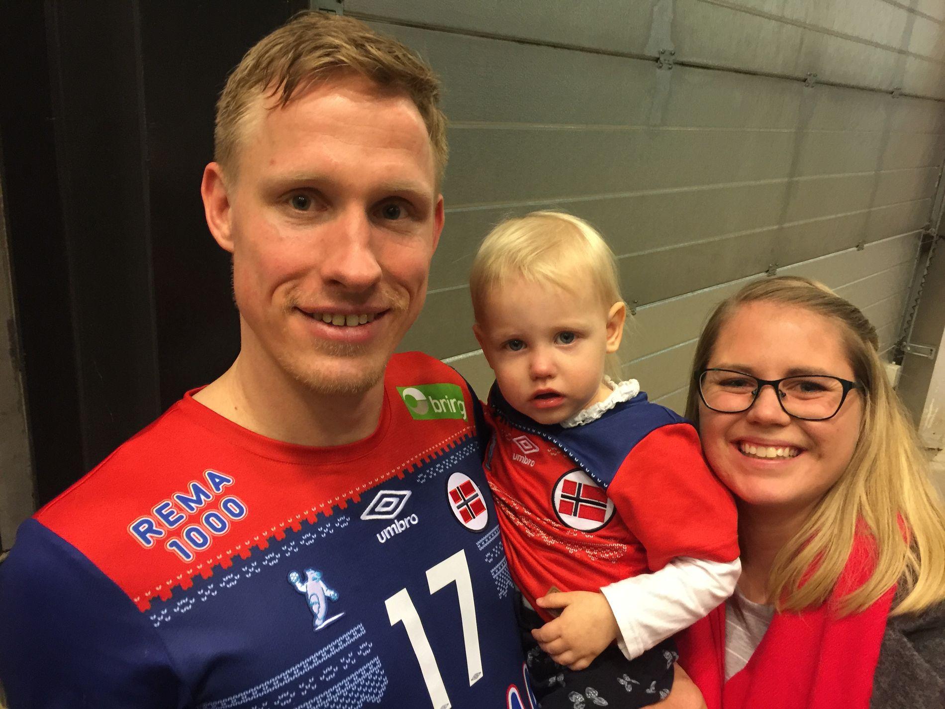 HEIER PÅ PAPPA: Magnus Jøndal storspiller i VM. Da er det hyggelig å ha med kona Emilie og deres snart to år gamle Sofie.