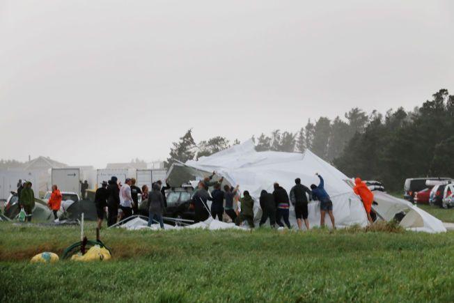 «LENA» HERJET: Kraftig vind rev ned dette teltet på strandfestivalen på Bore på Jæren, og politiet valgte å evakuere 1500 festivaldeltakere.