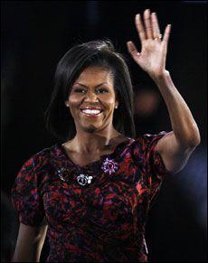 RÅDGIVER: Michelle er blitt en av Baracks nærmeste rådgivere, og er ofte involvert i strategimøter. Men de gangene hun opptrer sammen med ektemannen, er hun rask til å overlate scenen til ham og selv tre inn i skyggen. Foto: REUTERS