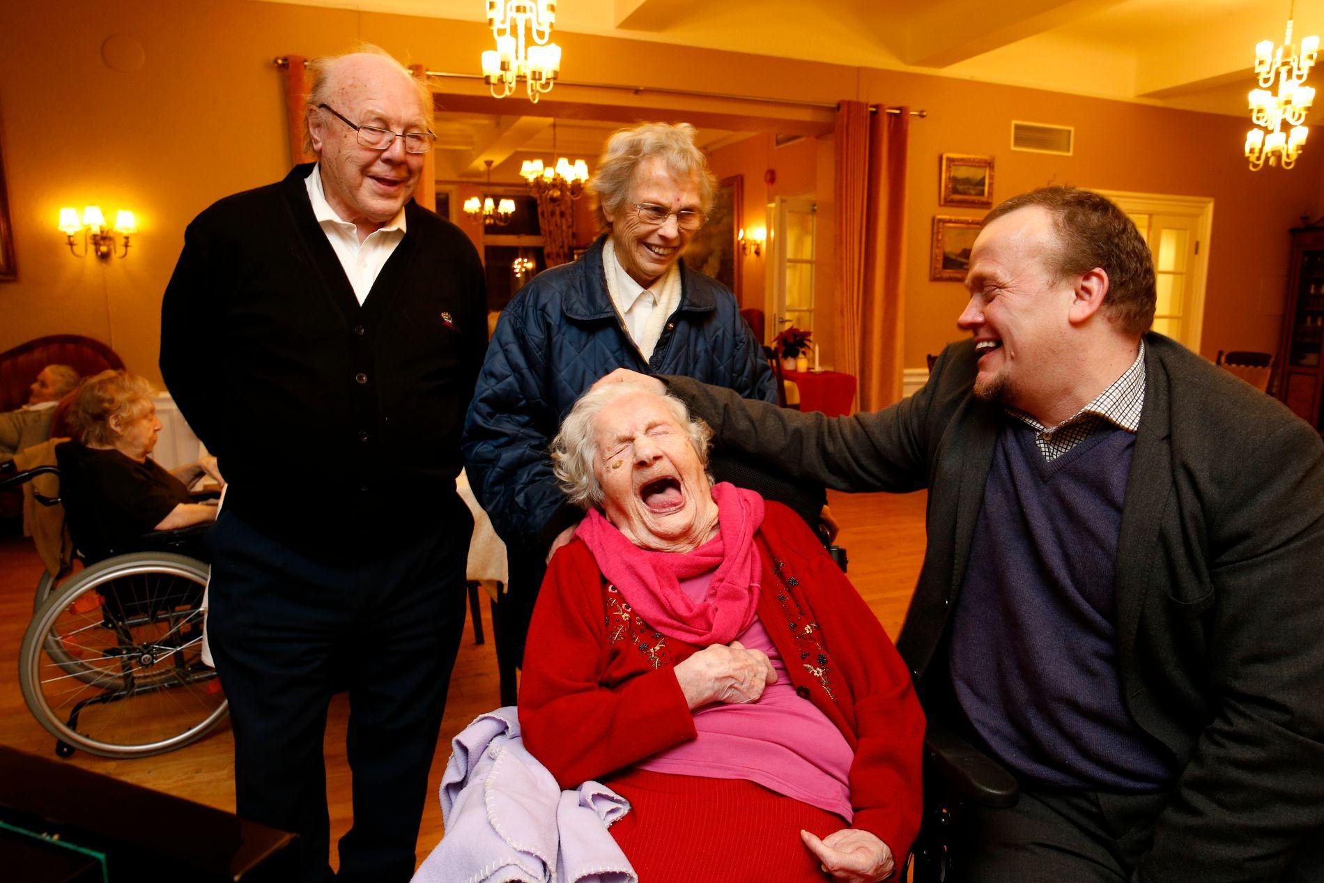 FEIRER JUBILANTEN: Elisabeth Julie Ekenæs fyller 112 år og blir fornøyd da gjestene synger for henne. Fra venstre: Jan Skjelin, Eva Kristiansen Skjelin, jubilanten Elisabeth Julie Ekenæs og Jan Frode Kristiansen.