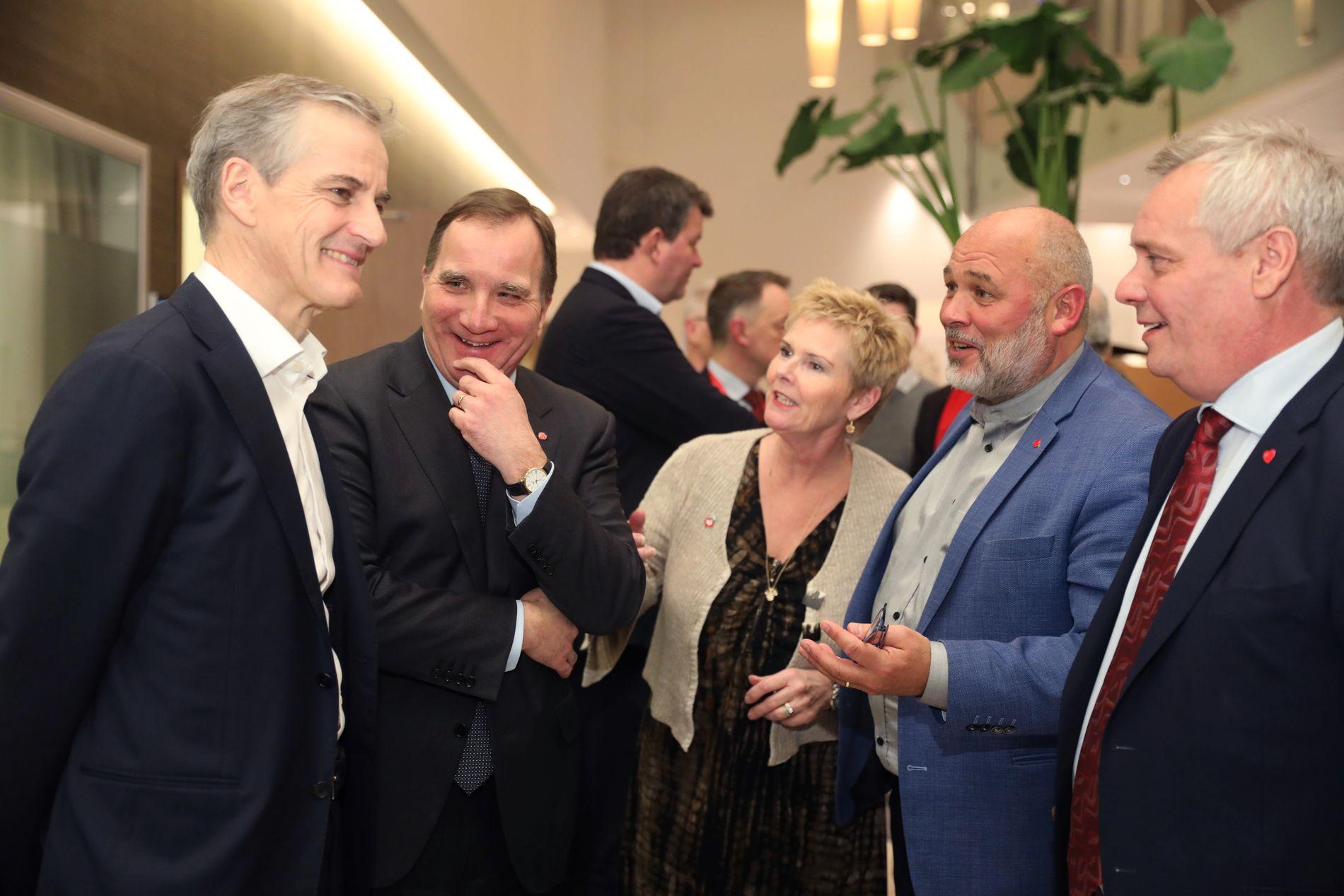 I STOCKHOLM: Støre (t.v.) sammen med Sveriges statsminister Stefan Löfven (nummer to fra venstre) under Samak-møtet i Stockholm mandag.