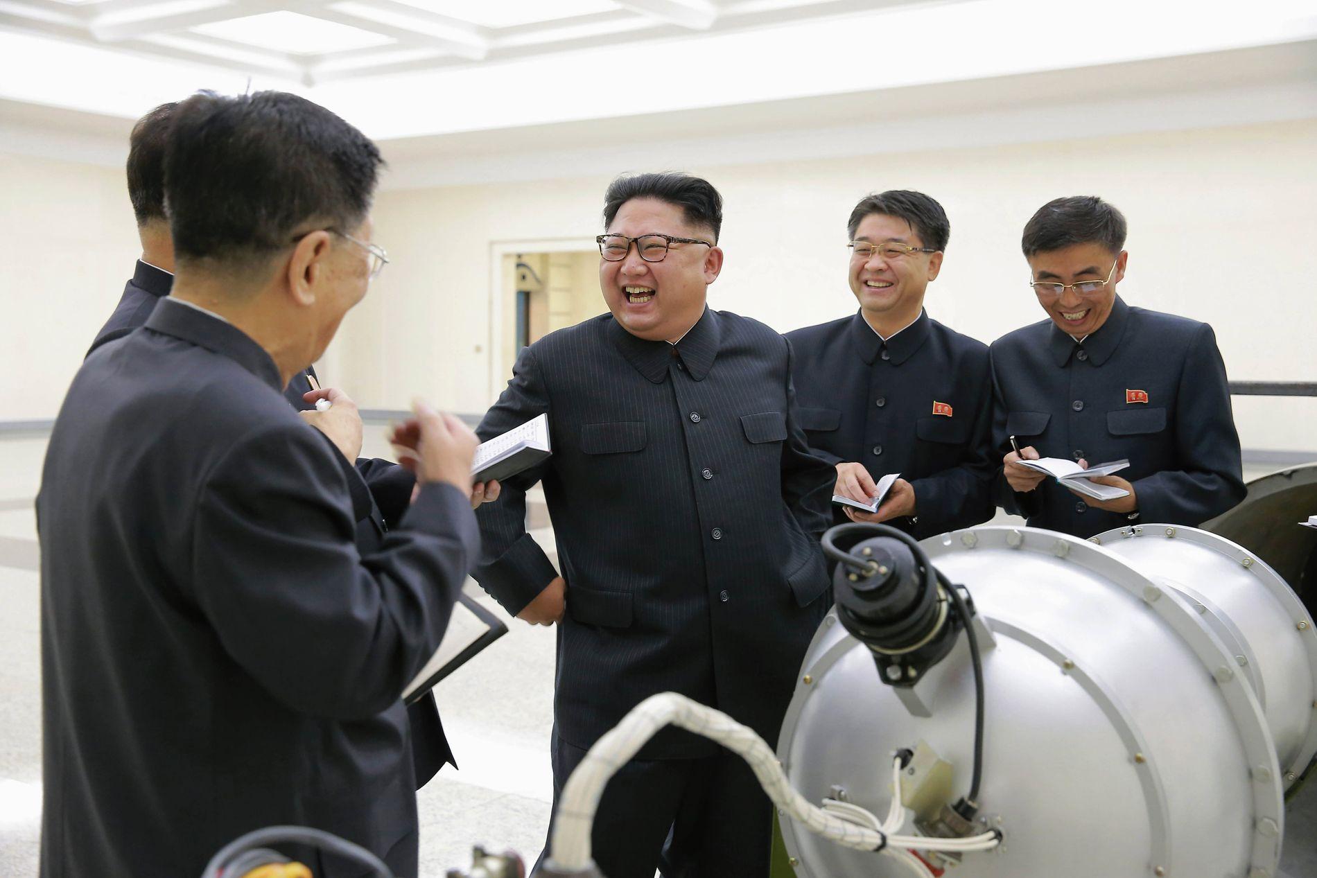 FORNØYD: Nord-Koreas Kim Jong-un smiler her fra øre til øre i «bomberommet», på et udatert bilde sendt ut fra landets informasjonsbyrå, North Korean Central News Agency (KCNA).