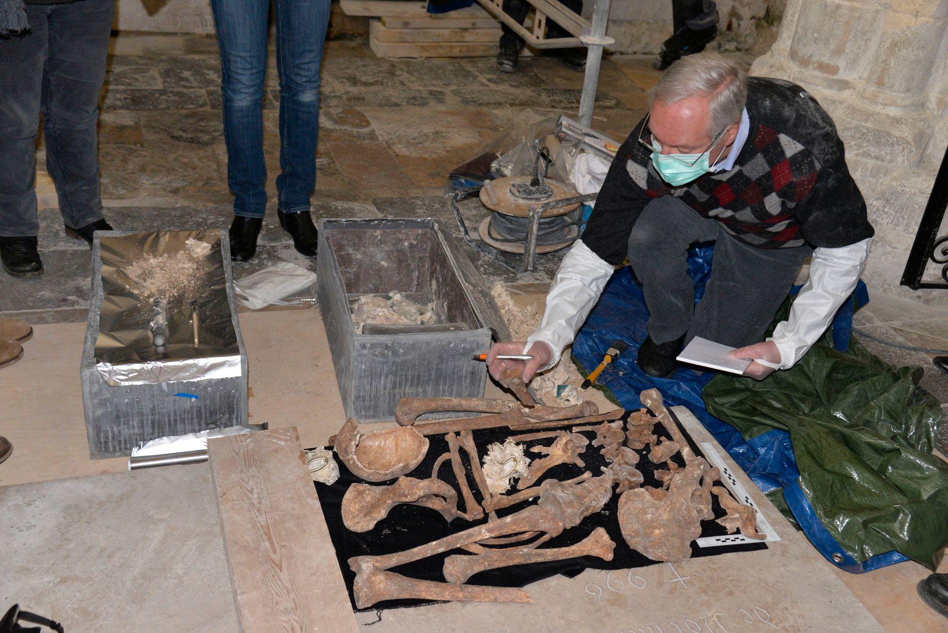 SJEKKER: Fra gravåpningen i Fécamp februar 2016 i forbindelse med DNA-prosjektet om Rollos (Gamge-Rolv) opphav ) Foto: