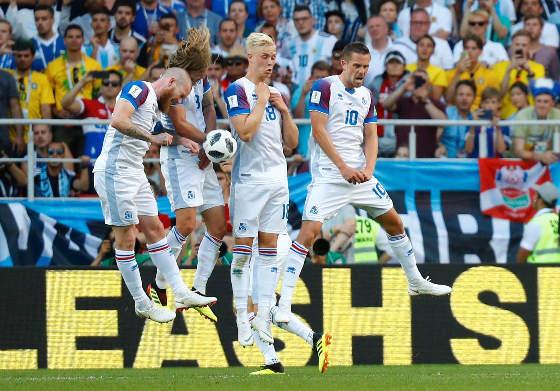 VIKINGER: Island-spillerne dekker opp et frispark i kampen mot Argentina. Fra v. Aron Gunnarsson, Birkir Bjarnason, Hordur Magnusson og Gylfi Sigurdsson.