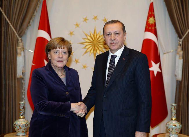GODE MINER TIL SLETT SPILL?: Tyrkias president tayyip Erdogan og Tysklands forbundskansler Angela Merkel møttes til et møte i Ankara i forrige måned.