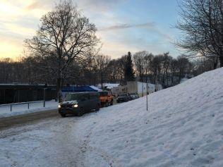 Trailere og en mengde biler og utstyr avslørte «Snømannen»-innspillingen i Frognerparken.