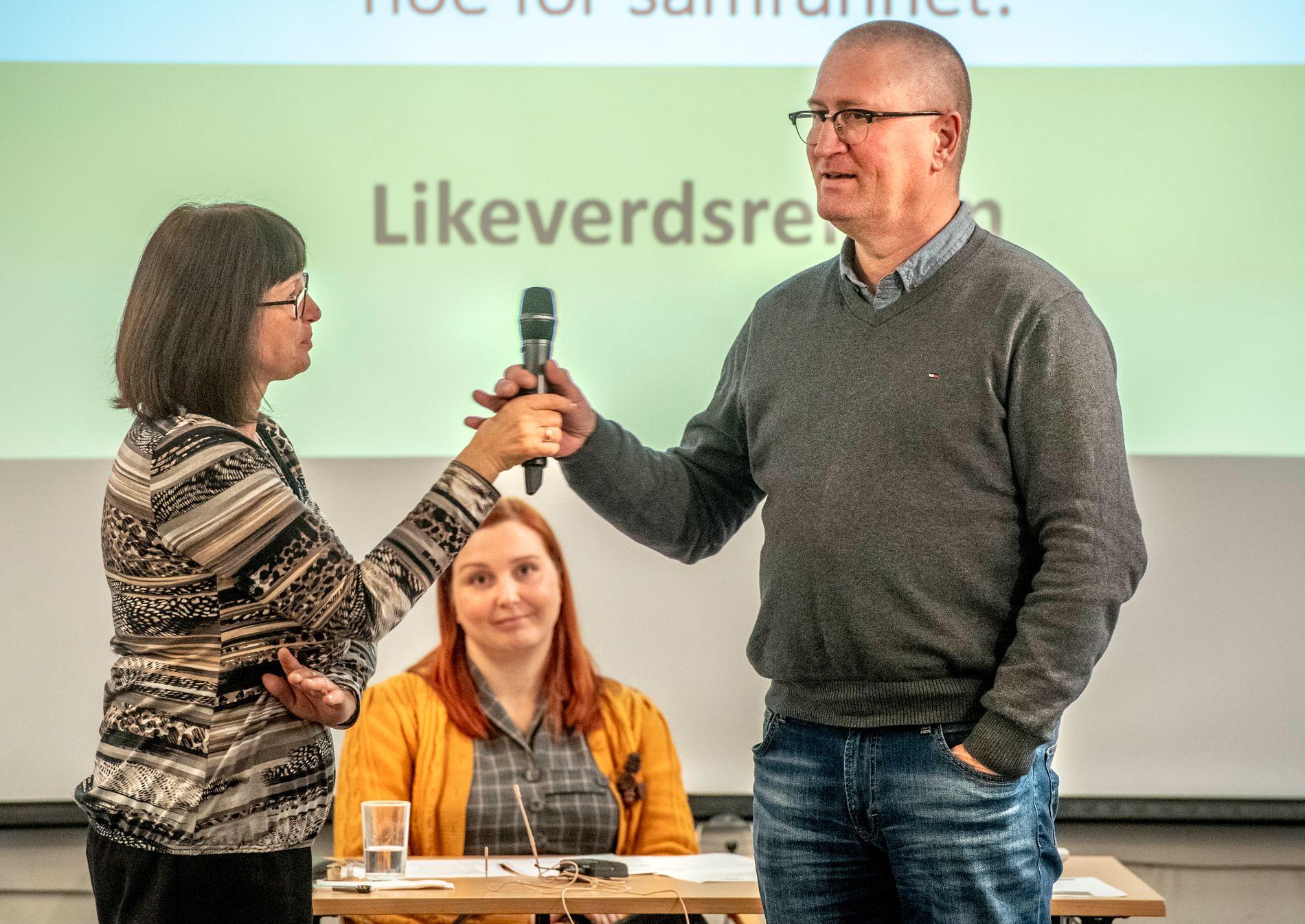 FORSVARER HAREIDE: Knut Arild Hareide vil ikke svare på om han blir sittende som KrF-leder etter 2. november. Stortingsrepresentant Geir Bekkevold (t.v.) forsvarer at Hareide ikke vil avklare det.