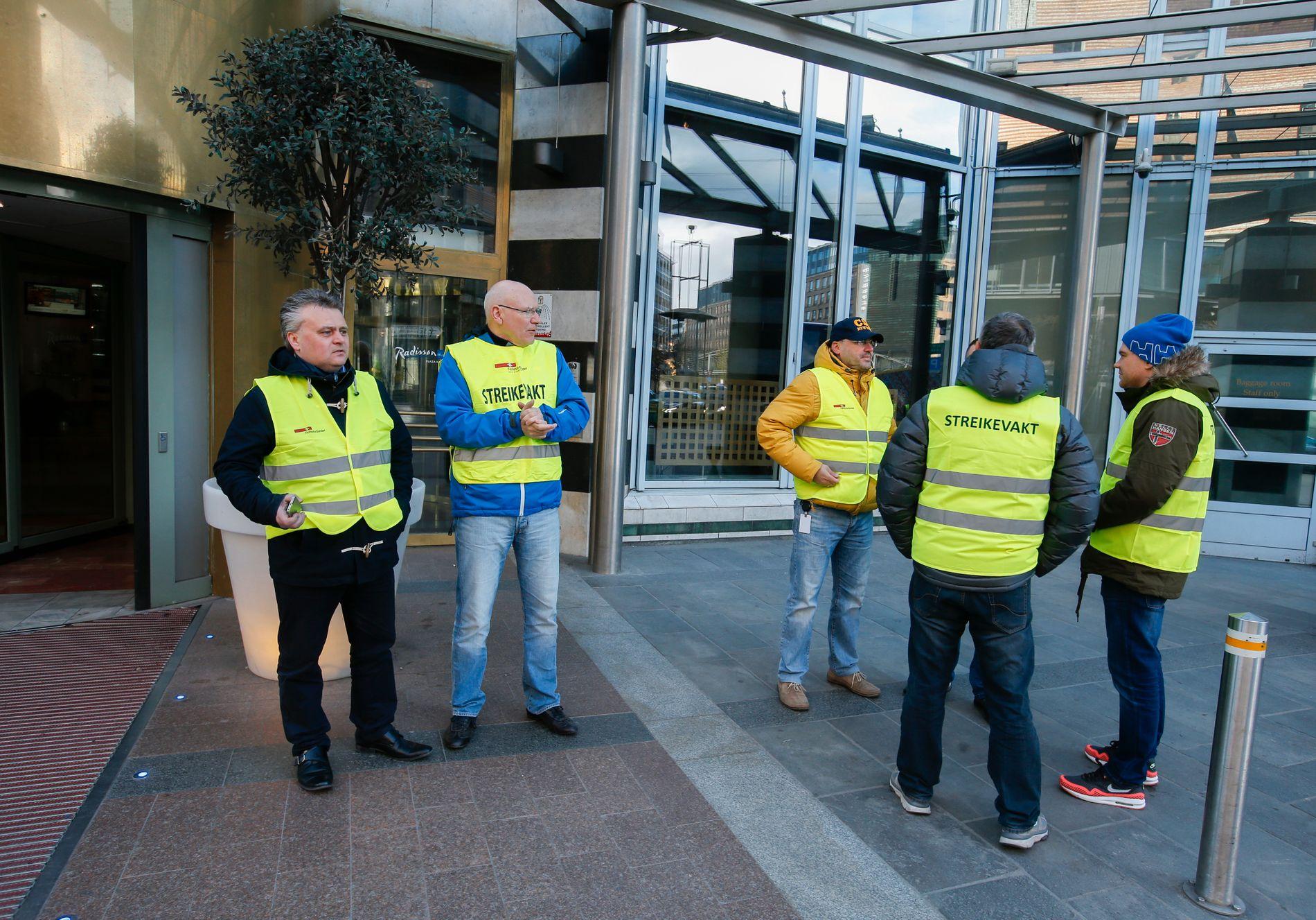 TRAPPER TROLIG OPP: Forbundsleder i Fellesforbundet Jørn Eggum (t.v.) sammen med streikevakter utenfor Radisson Blu Plaza hotel i Oslo.