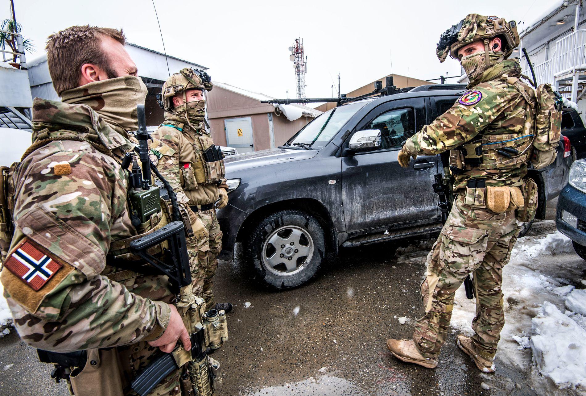 I KABUL: Marinejegerkommandoen i de Norske spesialstyrkene bistår afghansk antiterrorpoliti. Her ved basen på flyplassen i Kabul. De må være anonyme på bilder.