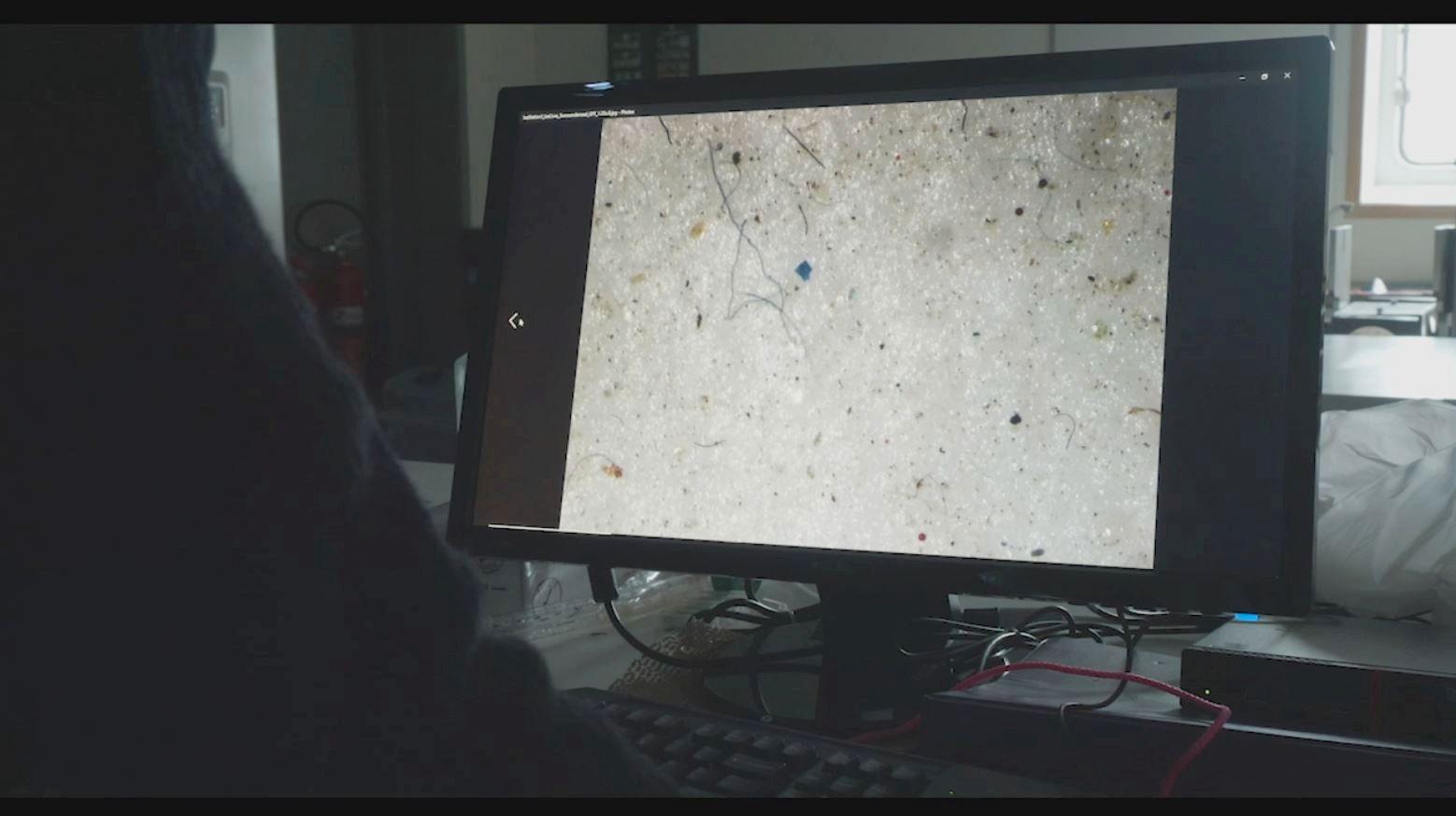 MIKROPLAST: Bildet viser mikroplast funnet i prøver med is i Arktis denne sommeren.