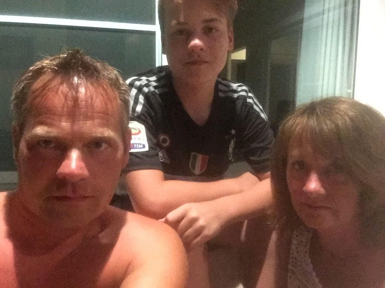 VETTSKREMT: Steinar Eidseter (43) er på familietur i Thailand sammen med sønnen Aron Fosseland Eidseter (13) og moren Kjerstin Orset (65). De var i en butikk rett ved der den ene bomben gikk av. Folk er vettskremt, forteller de.