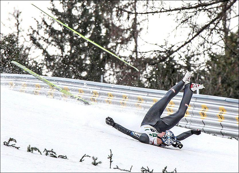 VILL FERD: Thomas Morgenstern deiset i bakken på cirka 100 meter før han ble kastet rundt nedover unnarennet. Foto: EPA