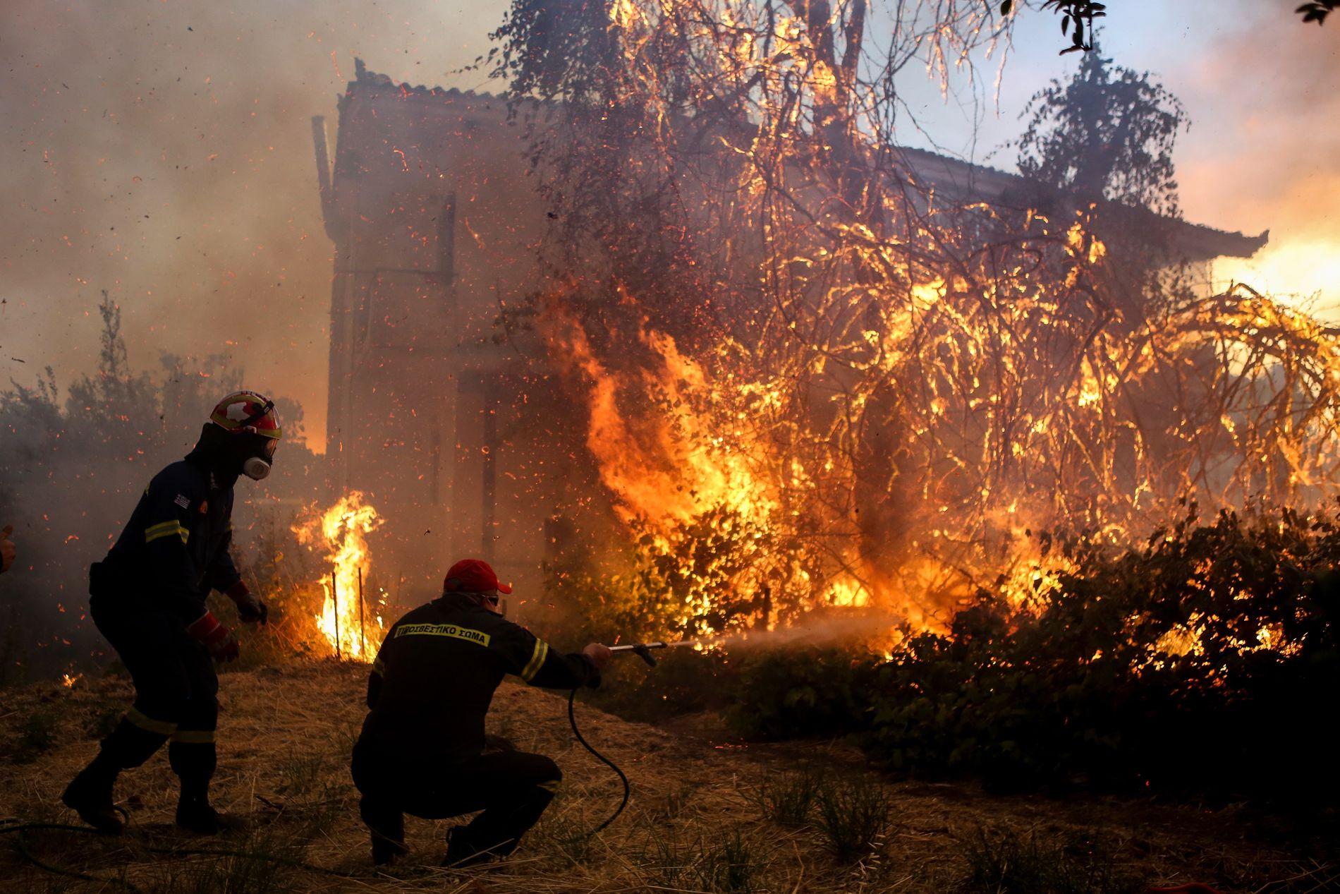 FULL FYR: Brannmannskaper kjemper mot flammene i landsbyen Agrilitsa på den greske øya Evia tirsdag.