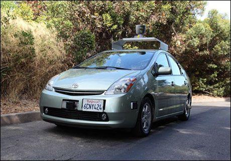 KJØRER SELV: Googles selvkjørende bil hadde i 2010 tilbakelagt godt over 200.000 kilometer på veier i California, blant annet fra Googles kontorer i Mountain View til Santa Monica, over Golden Gate-brua og helt til Lake Tahoe. (Foto: IDG News)