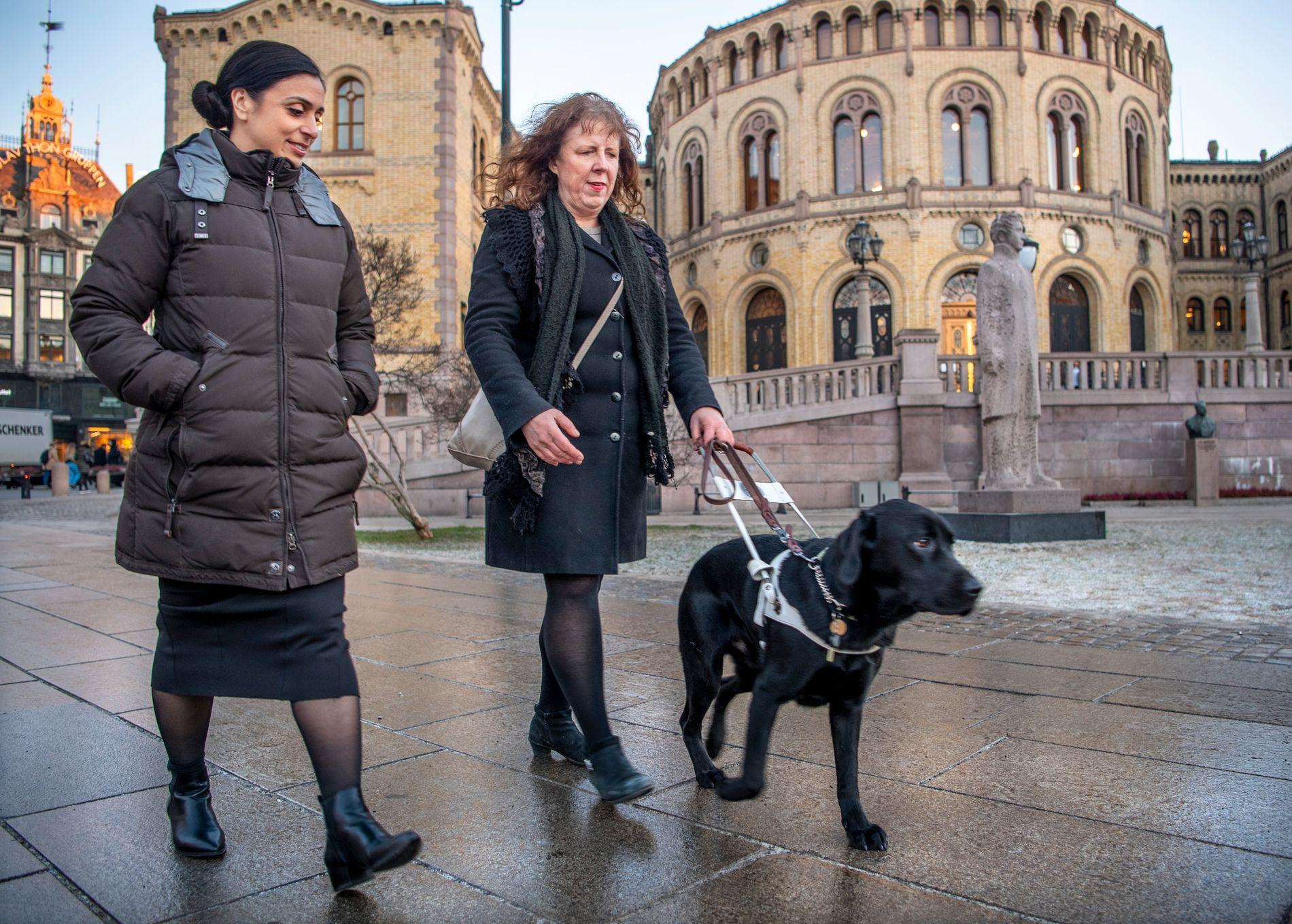 MED FØRERHUNDEN: Kristin Berg med Ap-nestleder Hadia Tajik foran Stortinget. Berg sier det er hyggelig at folk vil klappe førerhunden Bilbo, men at de ikke bør gjøre det, fordi det tar bort hundens fokus fra å gjøre jobben sin.