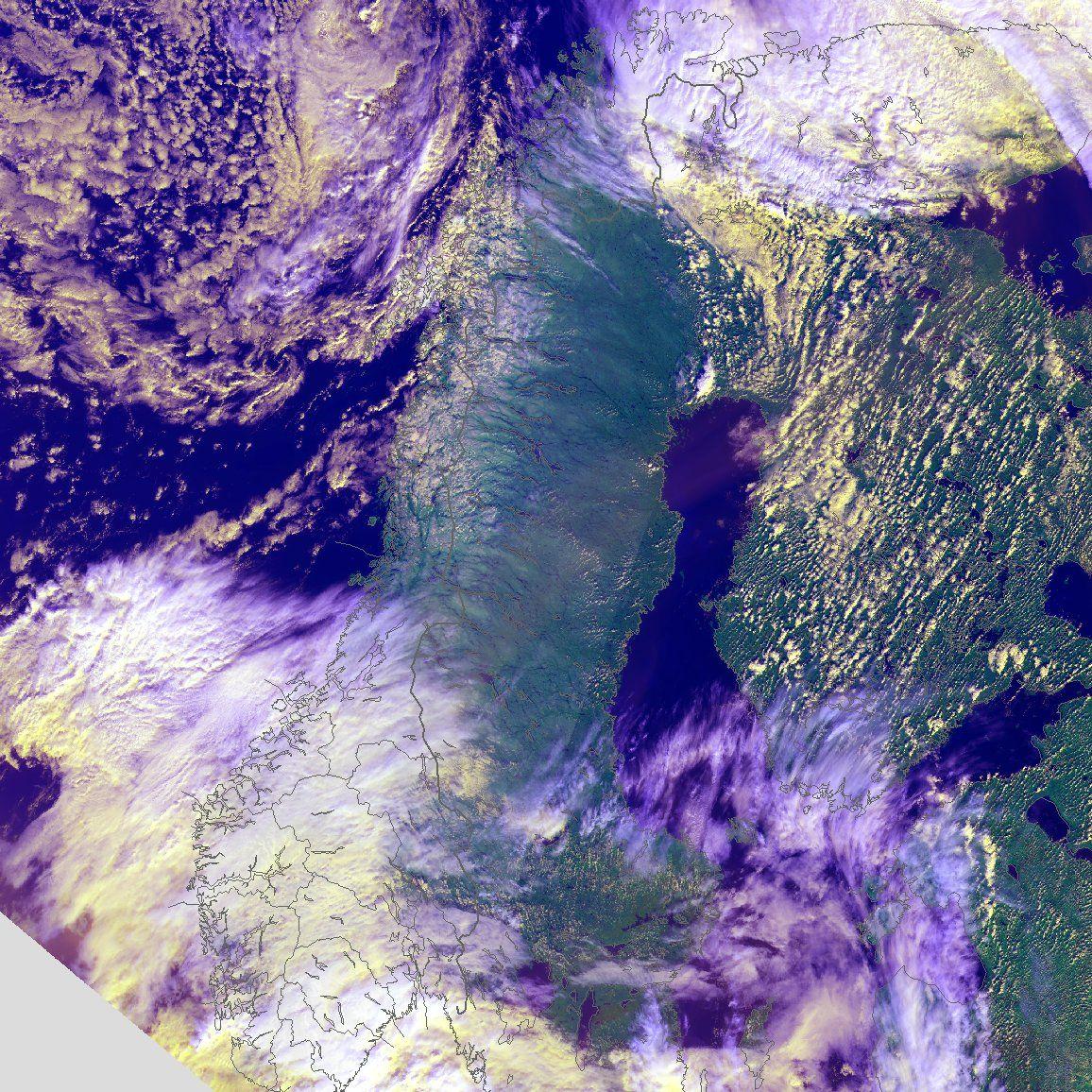 HØST: To lavtrykkssentre plassert over henholdsvis Nord- og Sør-Norge skaper litt høsttendenser, men i flere områder er mandag formiddag skyfri og solfylt.
