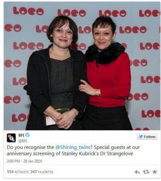 PÅ KUBRICK-HYLLEST: British Film Institute, BFI, postet dette bildet av Lisa og Louise Burns på Twitter i fjor.