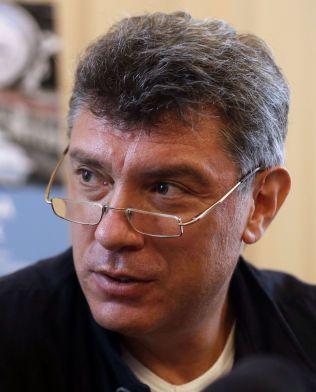 DREPT: Den russiske opposisjonspolitikeren Boris Nemtsov ble skutt fire ganger på åpen gate i Moskva fredag kveld, ifølge russiske medier. Her er han avbildet under lanseringen av boken sin om Vladimir Putin.