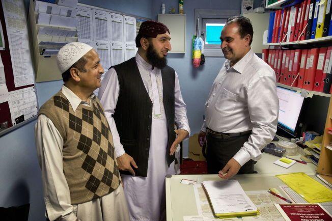 POSITIVE: Ved Central Jam-e-moskeen er alle, også imamen enige om at valget av årets fredsprisvinnere ikke var spesielt overraskende, men høyst gledelig. Foto: Mattis Sandblad/VG
