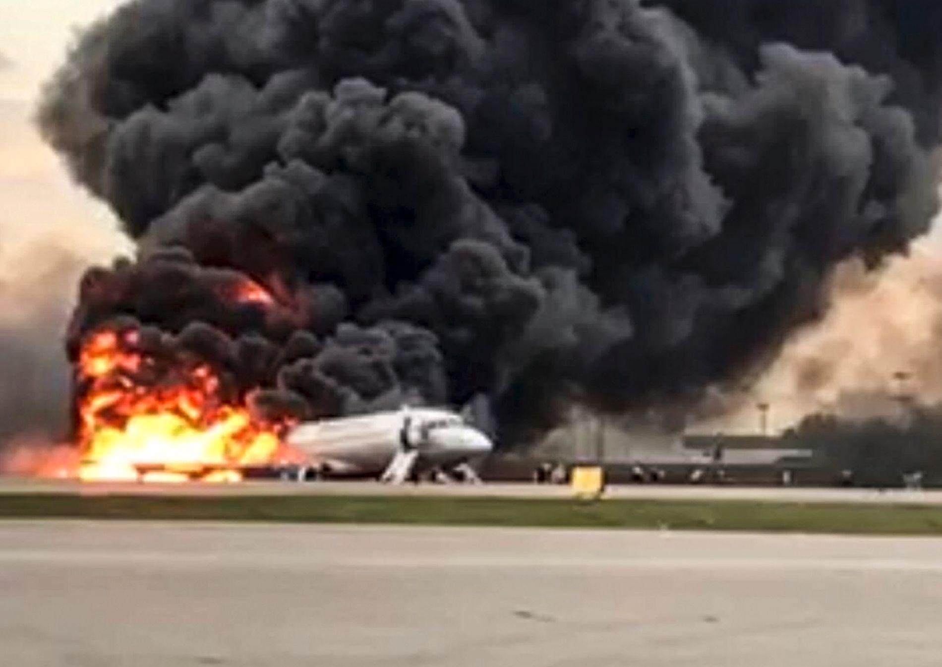 FULL BRANN: Flyet brant voldsomt. En overlevende flyvertinne forteller at de hadde veldig kort tid på å komme seg ut.