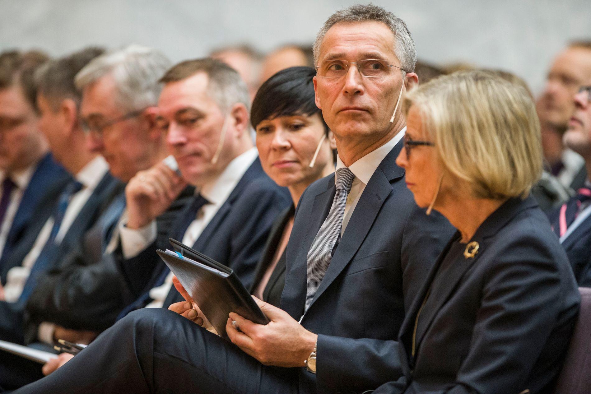 I OSLO: NATO-sjef Jens Stoltenberg sammen med blant andre utenriksminister Ine Eriksen Søreide og forsvarsminister Frank Bakke Jensen i Oslo mandag.