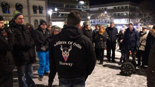 MØTER MOTSTAND: Sist helg møtte talsmann Ronny Alte opp på torget for å snakke med motstanderne. Lørdag vil de gå sine egne runder i Tønsberg.
